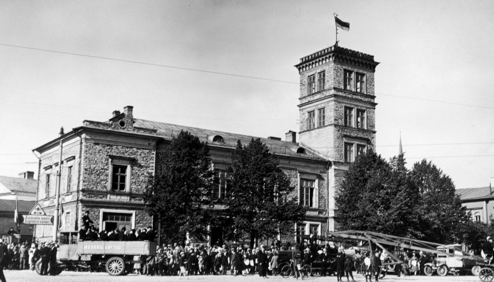KOGUNEMISPUNKT: Tallinna pritsimaja, kus töölised koosolekuid pidasid ja kust sai 25. novembril 1930 alguse suur meeleavaldus. Fotol tuletõrjujate üritus samast aastast.