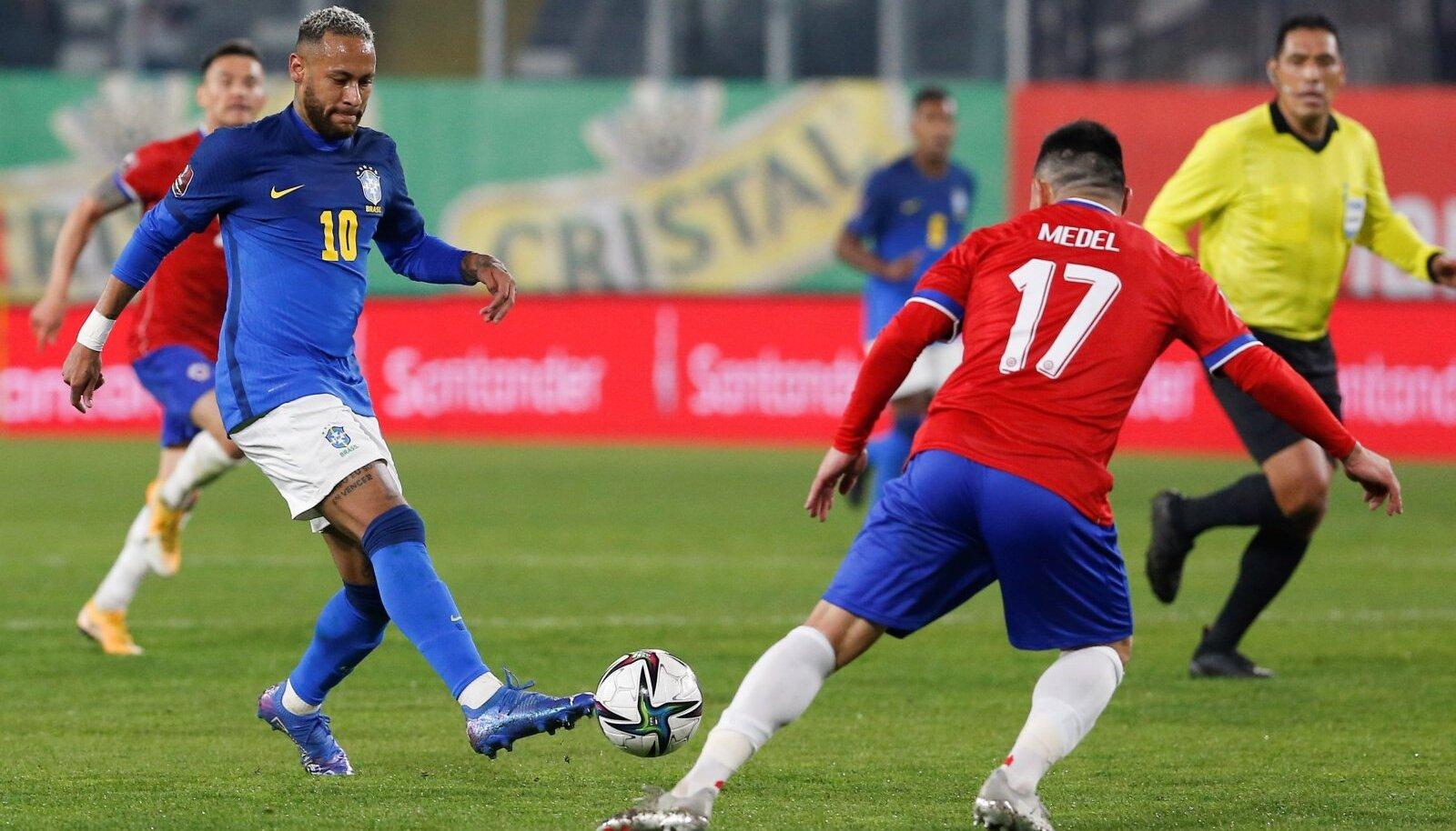 Neymar (vasakul) viimatises kohtumises Tšiili vastu.