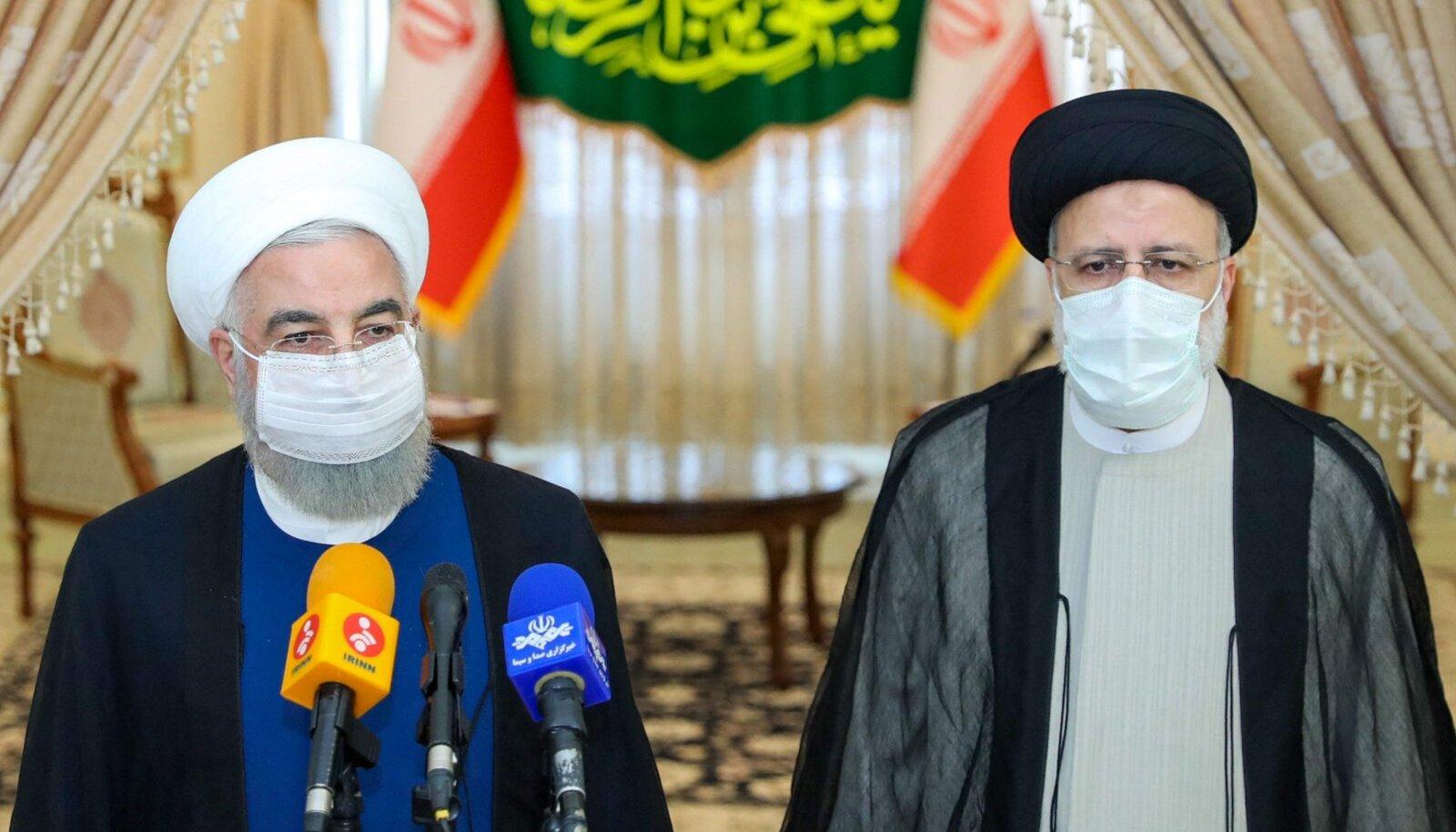 Iraani senine riigipea Hassan Rouhani (vasakul) ja uueks presidendiks valitud Ebrahim Raisi täna Teheranis pressikonverentsil.