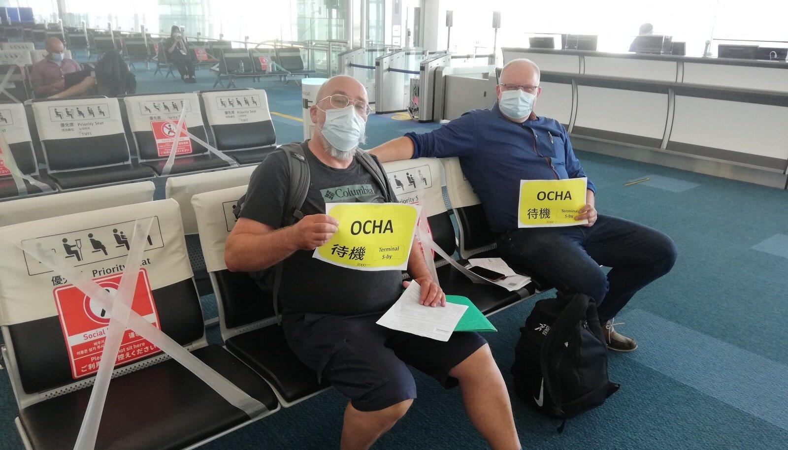 Jaan ja Peep tutvustavad kõige tähtsamat paberit, mis näitab, et neil töötab OCHA äpp nii, nagu peab.