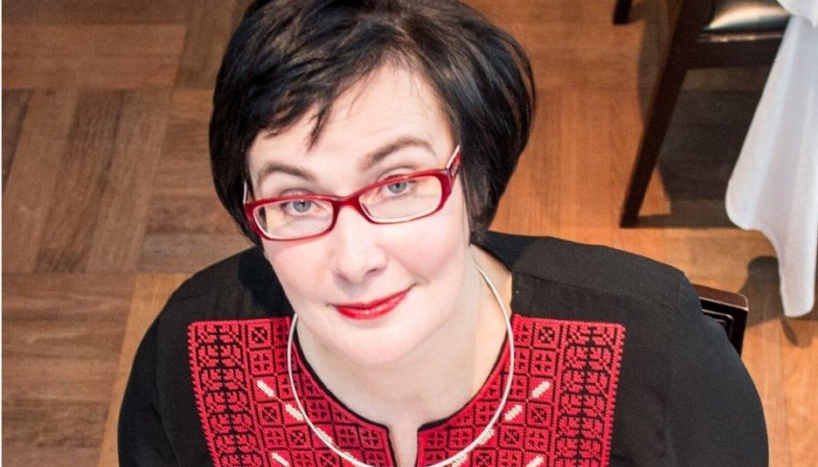 """Must ja punane: Narva on riietuse mõttes distsiplineeriv koht, tunnistab Katri Raik. """"Olen kord elus teksadega tööl käinud ja selle peale küsis kolleeg, et olen ma haige või puhkusel."""""""