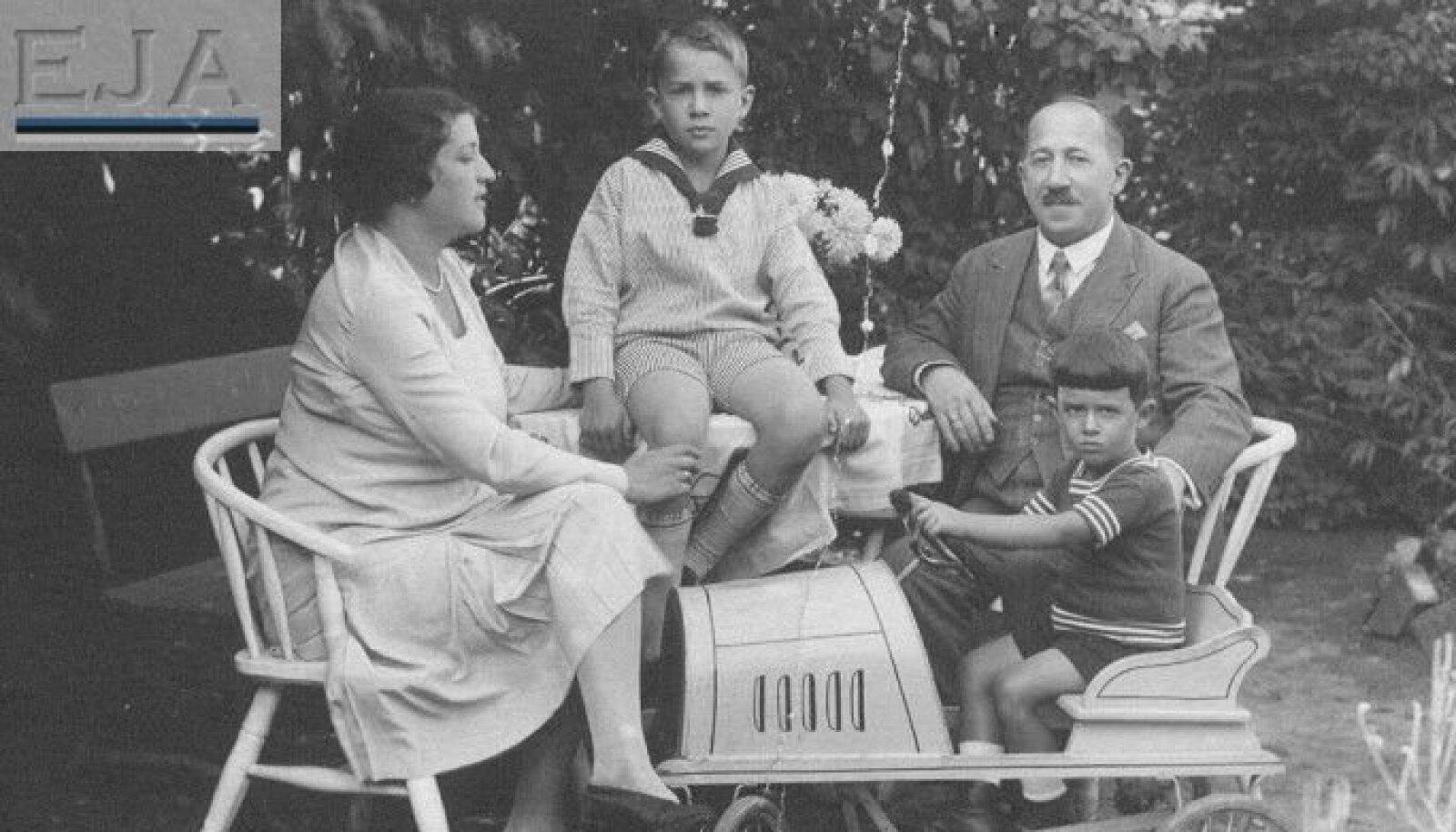 Maks Abramson arreteeriti 1940. aastal ning saadeti koos abikaasa Tsipora ja kahe pojaga Venemaale vangilaagrisse.