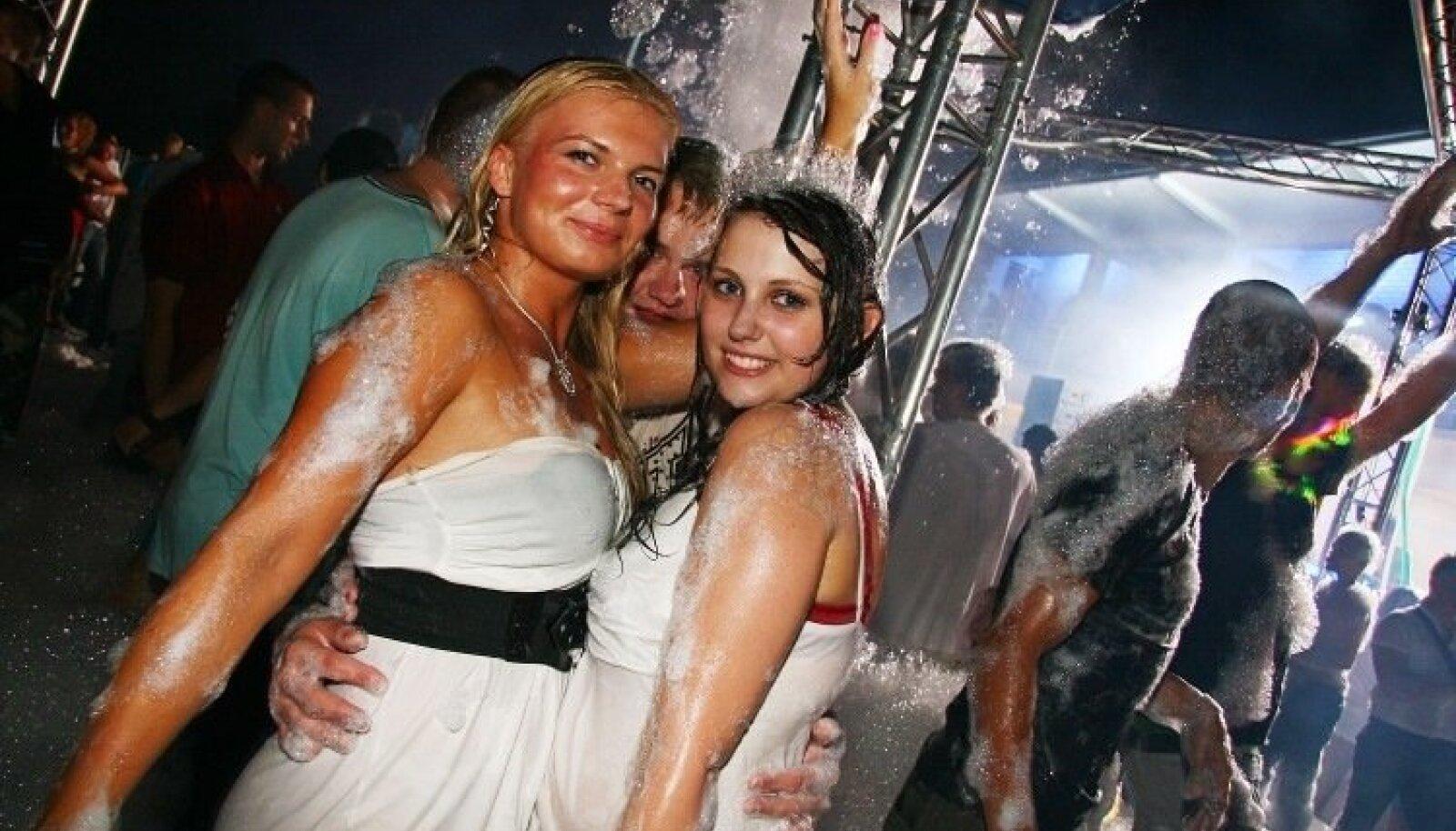 Peosari `Warmduscher` ja lätlaste `Foam Kingdom` lõpetasid vahupidude suvehooaja koos Läti tuntuimate DJ-dega, kelleks on [Ex] da Bass, DJ Beatax ja DJ Crazy Martin.