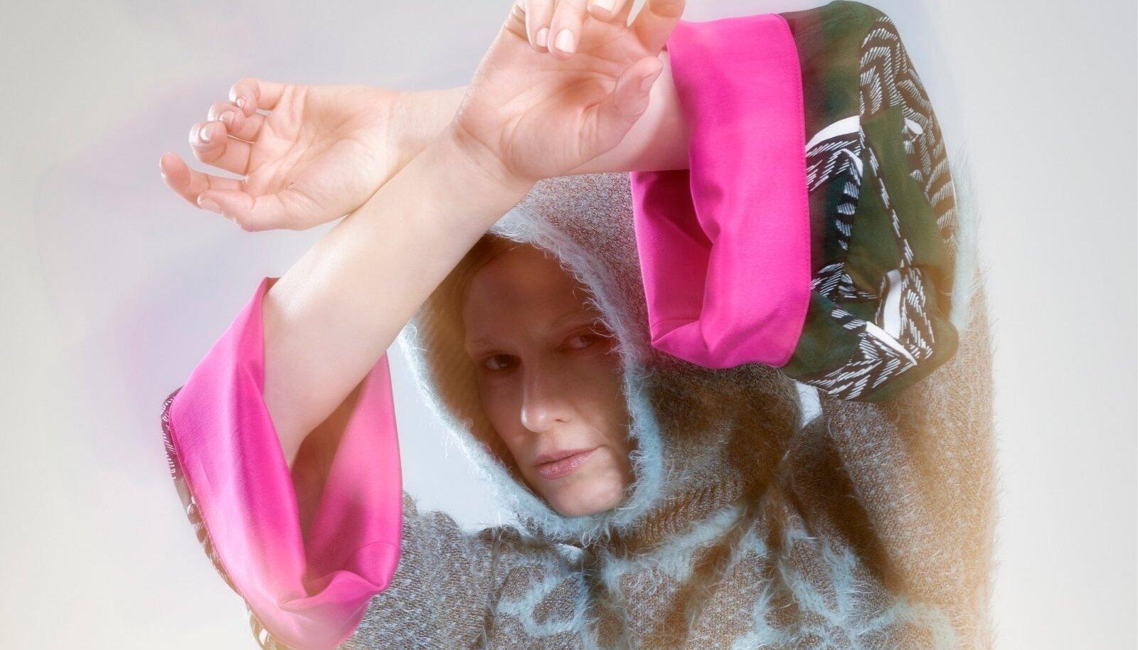 """Kuhu sobiks märksõna """"kihtkihiline"""" veel paremini kui talvisesse komplekti? Lillemustriline kapuutsiga džemper 135.-, viskoossiidist pluus 125.-, triibulised retuusid 105.-."""