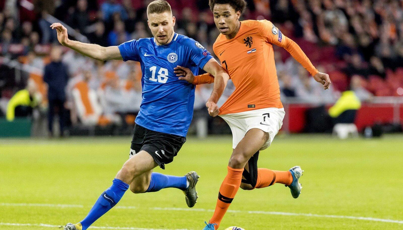 Karol Mets (vasakul) kohtumises Hollandi vastu.