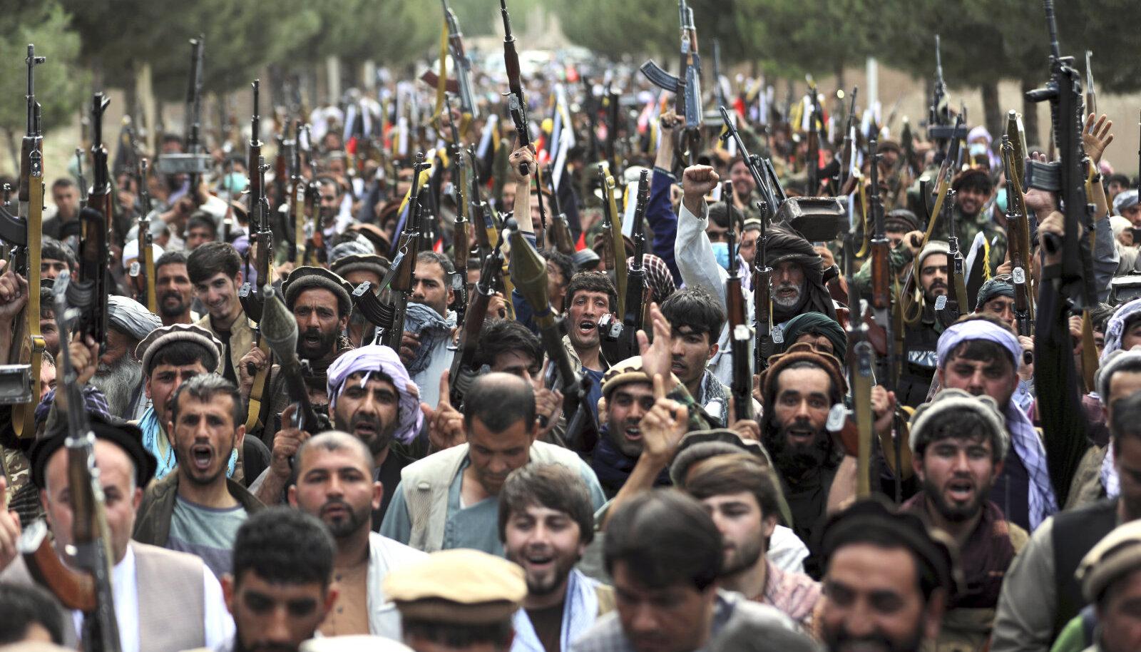 Afganistani kaitseministeerium on asunud julgeolekujõududesse värbama eri rühmituste võitlejad. Pildil värvatud sel nädalal Kabulis.
