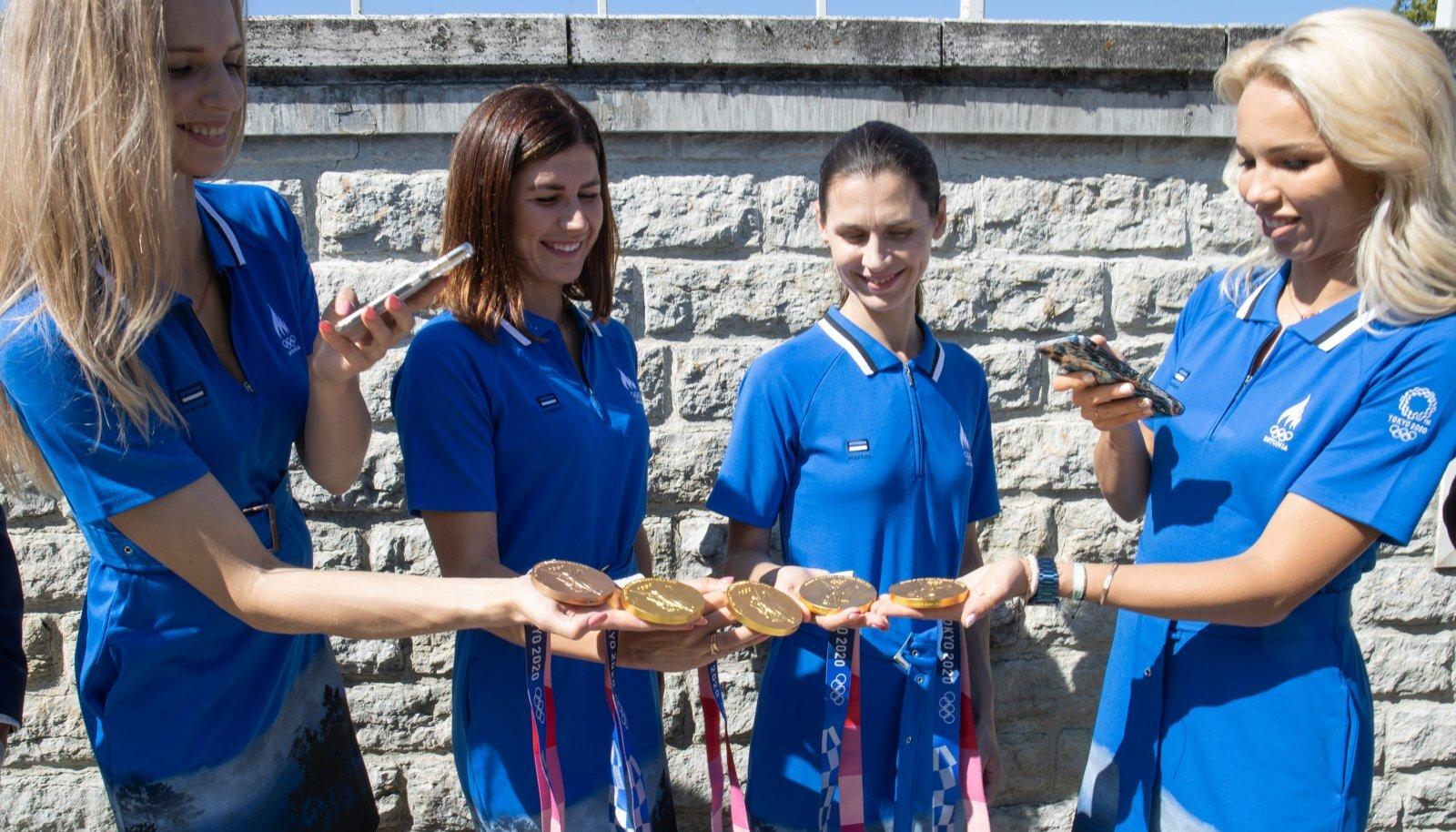 Kuldne epeenelik Katrina Lehis, Julia Beljajeva, Irina Embrich ja Erika Kirpu.