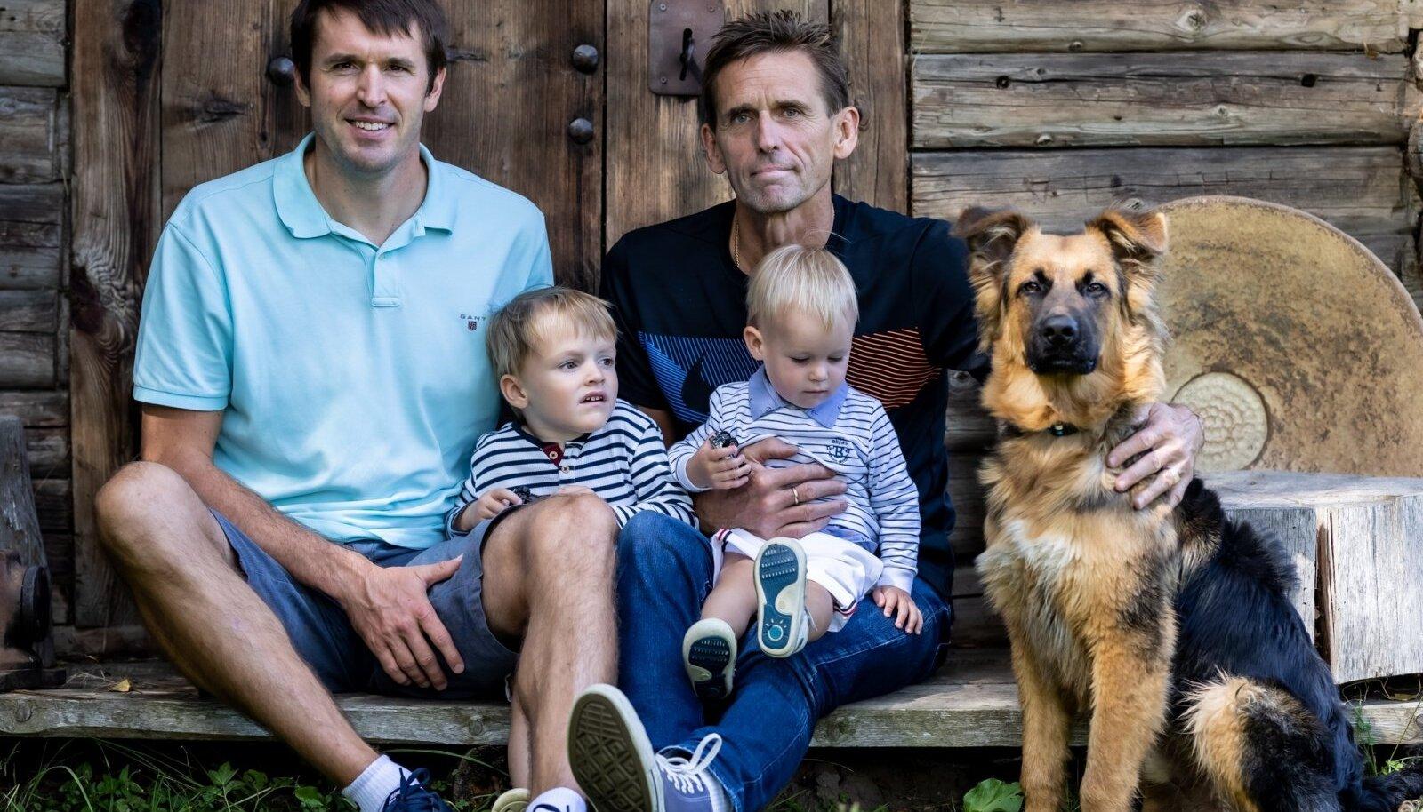 MEHISED Vakra meespere naudib Viitnal suverõõme. Vanaisa Andres, tema süles Kaius, Rainer ja Konrad. Pildile on tulnud ka muidu üliinnukalt ringi jooksnud koerakutsikas Rommi.
