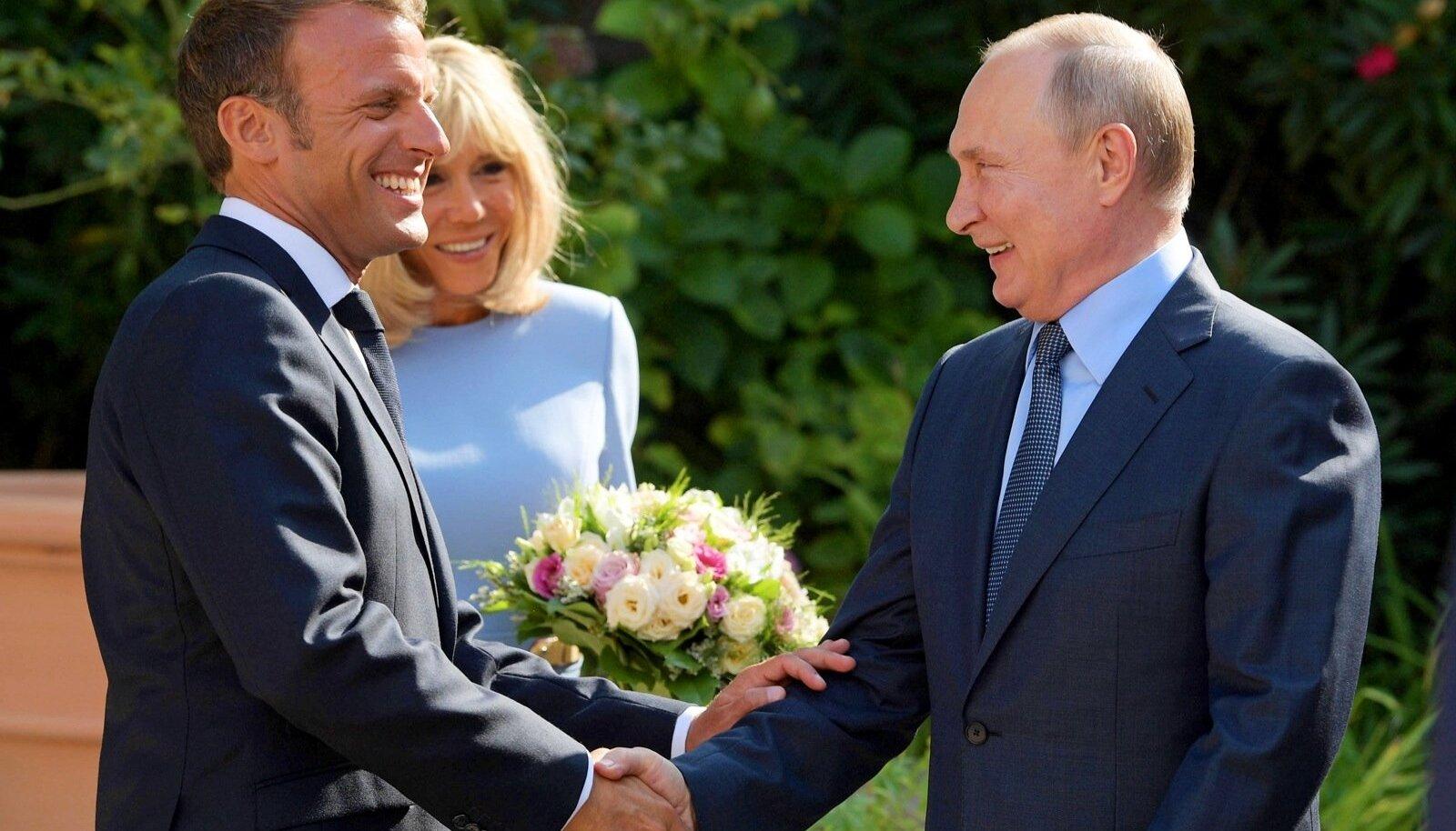 VIVE LA RUSSIE: Südamlik käepigistus Brégançoni residentsis 19. augustil enne seda, kui president Macron tõttas Biarritzi G7 kohtumisele. Putin ulatas tõelise džentelmenina Brigitte Macronile lillekimbu. Kohe näha, et eurooplane, mitte mõni hiinlane.
