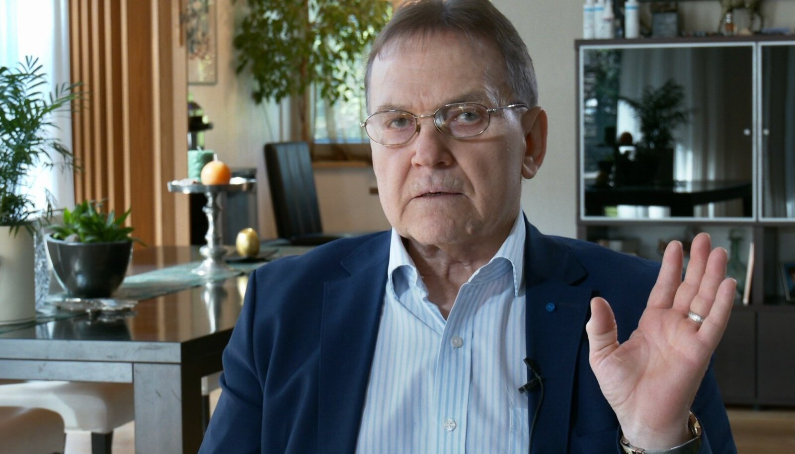 """VIIMASEID KAADREID Juhan Aarest, kui ta andis suvel oma viimase intervjuu Ülo Nugisest südninud filmi """"Riigikogu direktor"""" tarvis."""