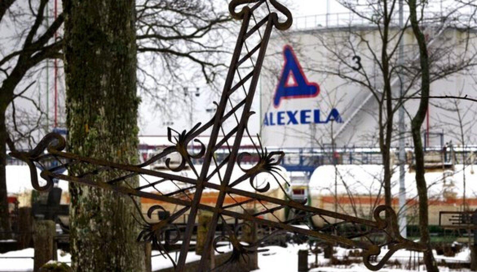 EBAUSKLIK KÜTUSEÄRI: Alexelal on Paldiskis ligi 30 mahutit, kuid ükski neist ei kanna numbrit 13. Foto kõrvalasuvalt vanalt kalmistult.