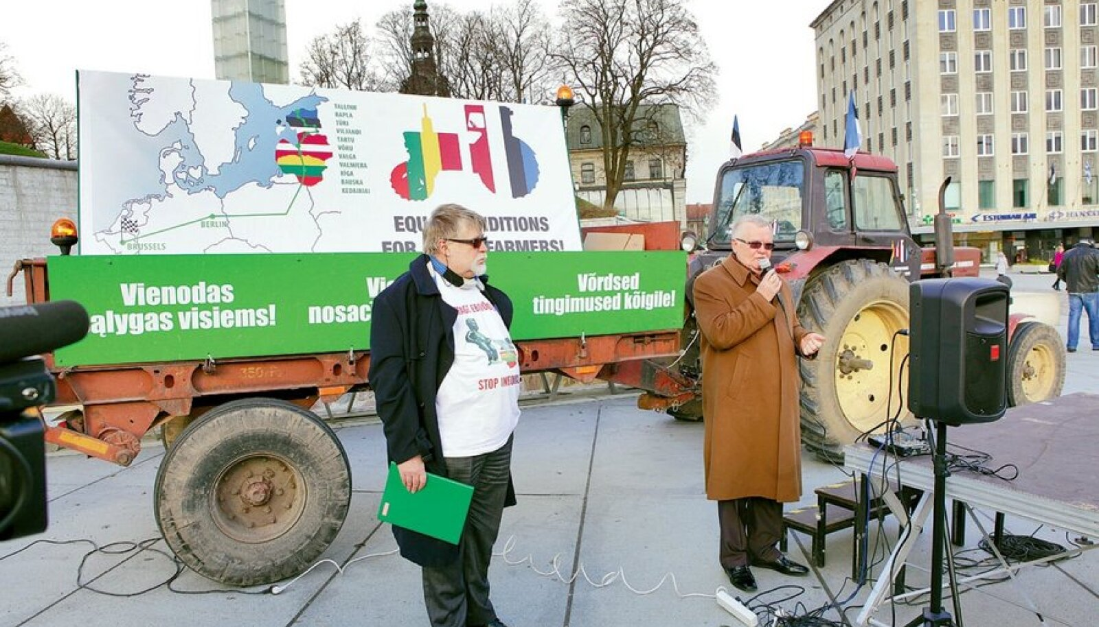 Traktorile luges toetussõnad kaasa ka Tallinna linnapea Edgar Savisaar. Tema kõrval Tartumaa põllumeeste tulihingeline juht Jaan Sõrra.