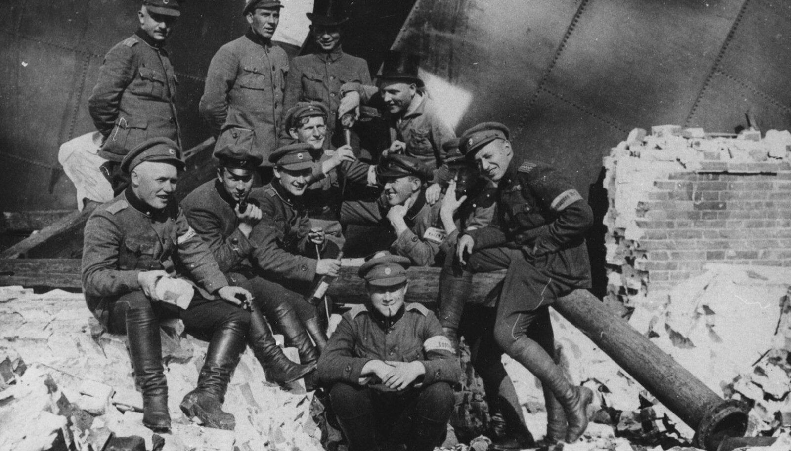 """Soomusrongi """"Kapten Irv"""" võitlejad Võnnu pumbamaja varemetel. 1919 aasta"""
