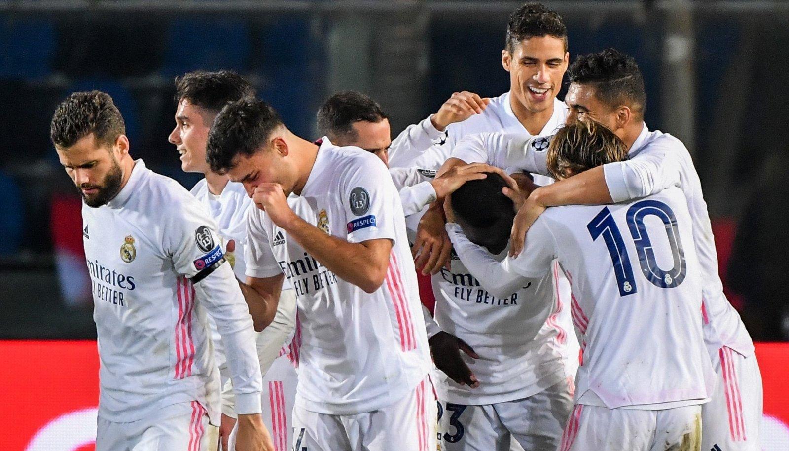 Madridi Reali mängijad võiduväravat tähistamas.