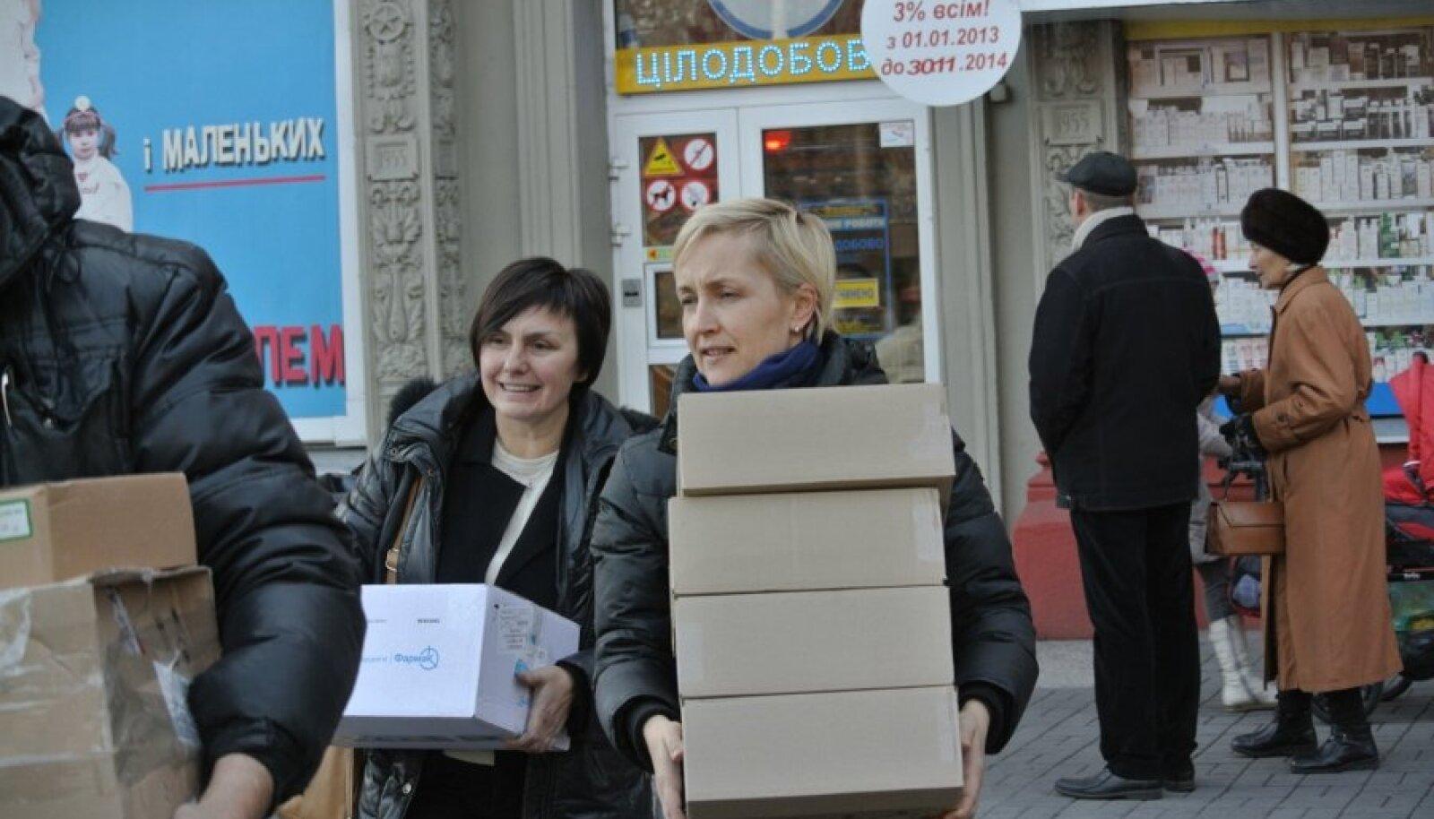 Kristina Kallas (paremal) annab koos vabatahtlik Tania Likovaga Zaporižžja linnas üle eestlaste humanitaarabi ehk ravimeid.