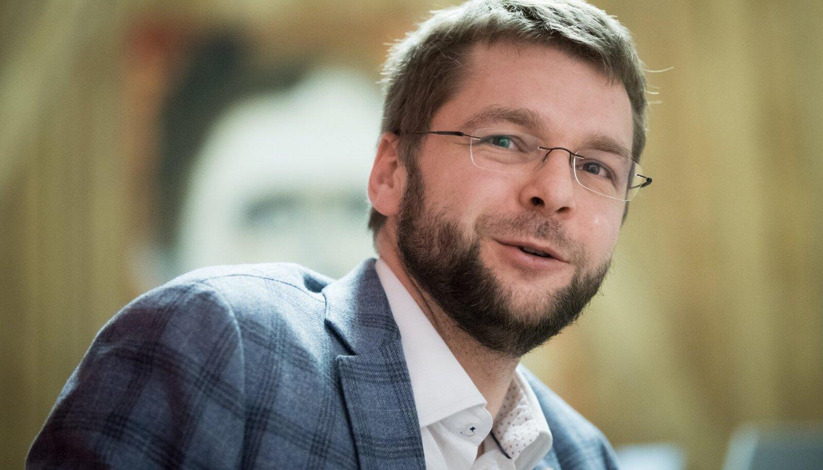 """""""PALJUD VALIJAD ON MU PEALE SIIRALT PAHASED"""": Jevgeni Ossinovski ütleb, et uue valitsuse pakutud odav viin on ka nende inimeste tuju paremaks teinud."""
