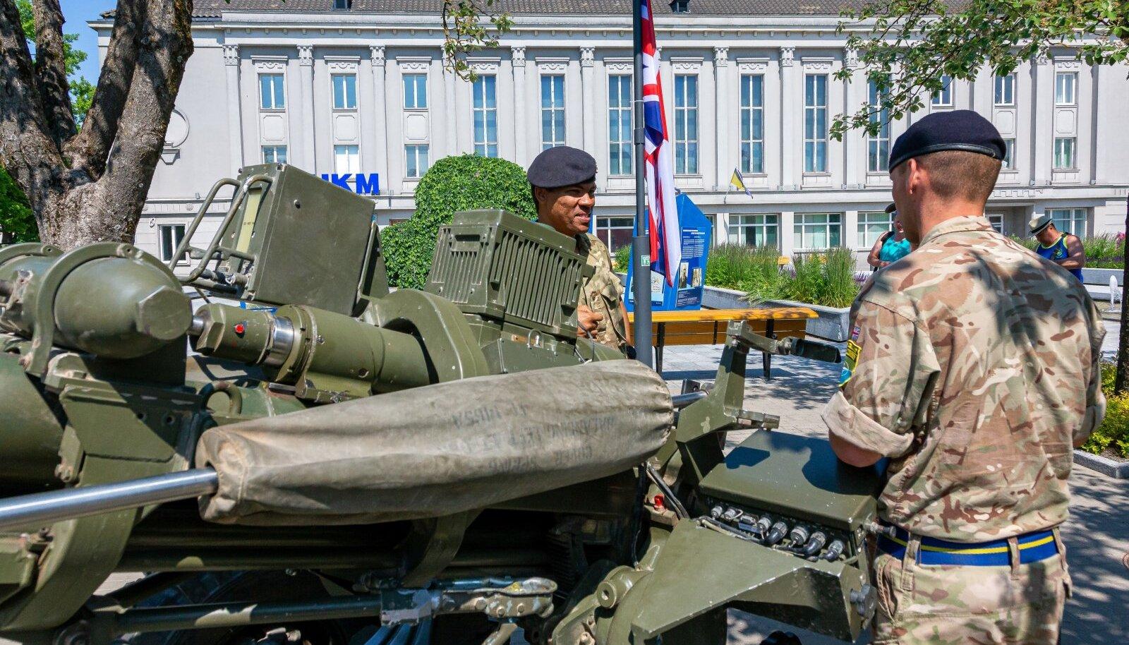 NATO sõjatehnika ja velotuur Pärnus Iseseisvuse väljakul