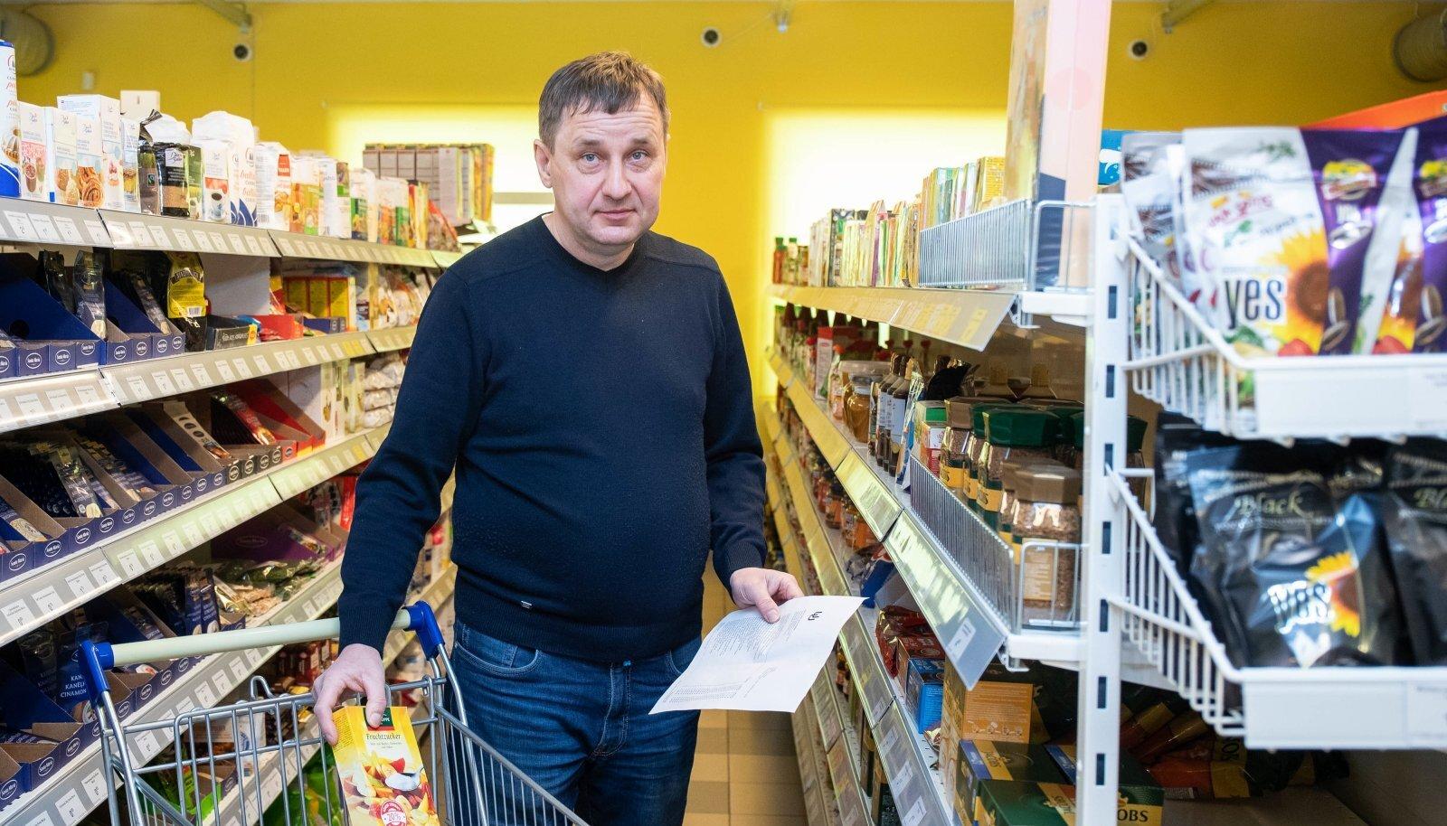 Värskas kauplust Lemmik pidav Margus Karro komplekteerib e-poe kaudu tulnud tellimust.