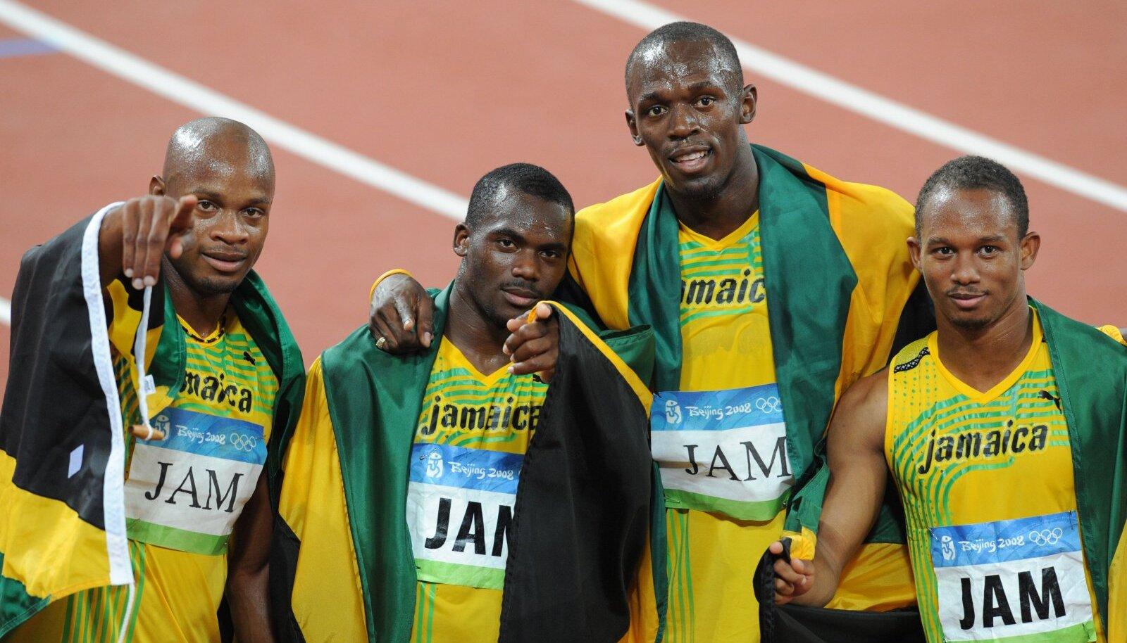 Nesta Carter (vasakult teine) Usain Bolti kõrval