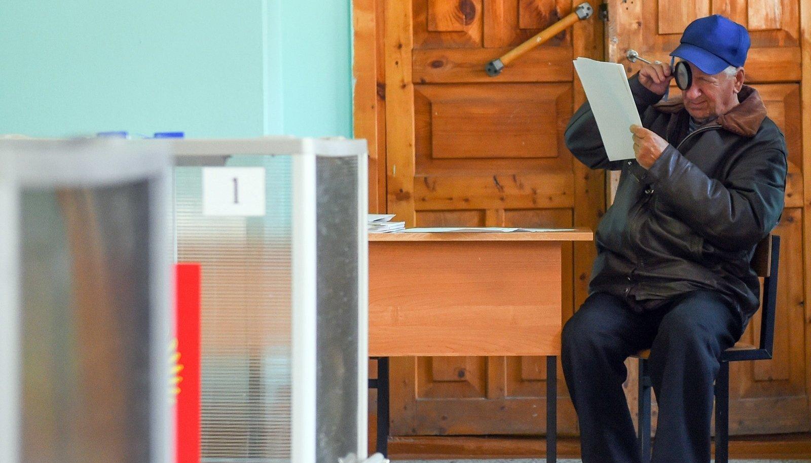 Kostroma valija uurib enne tähtsa otsuse langetamist nimekirjad läbi.