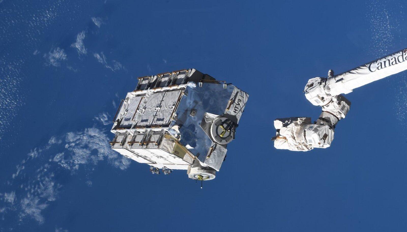 ISS-i robotkäsi akusid välja heitmas (foto: NASA)
