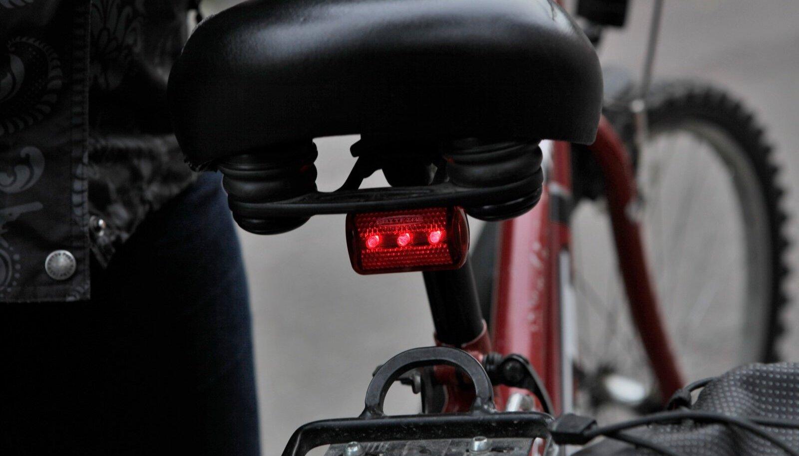 Jalgratas, millel on ohutuli enda märgatavaks tegemiseks täiesti olemas