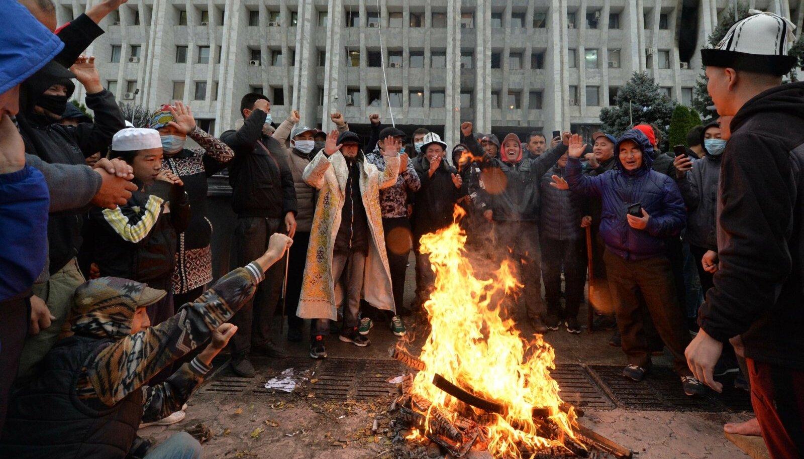 Meeleavaldajad tegid eile Biškekis enda kätte haaratud nn valge maja ees lõket.