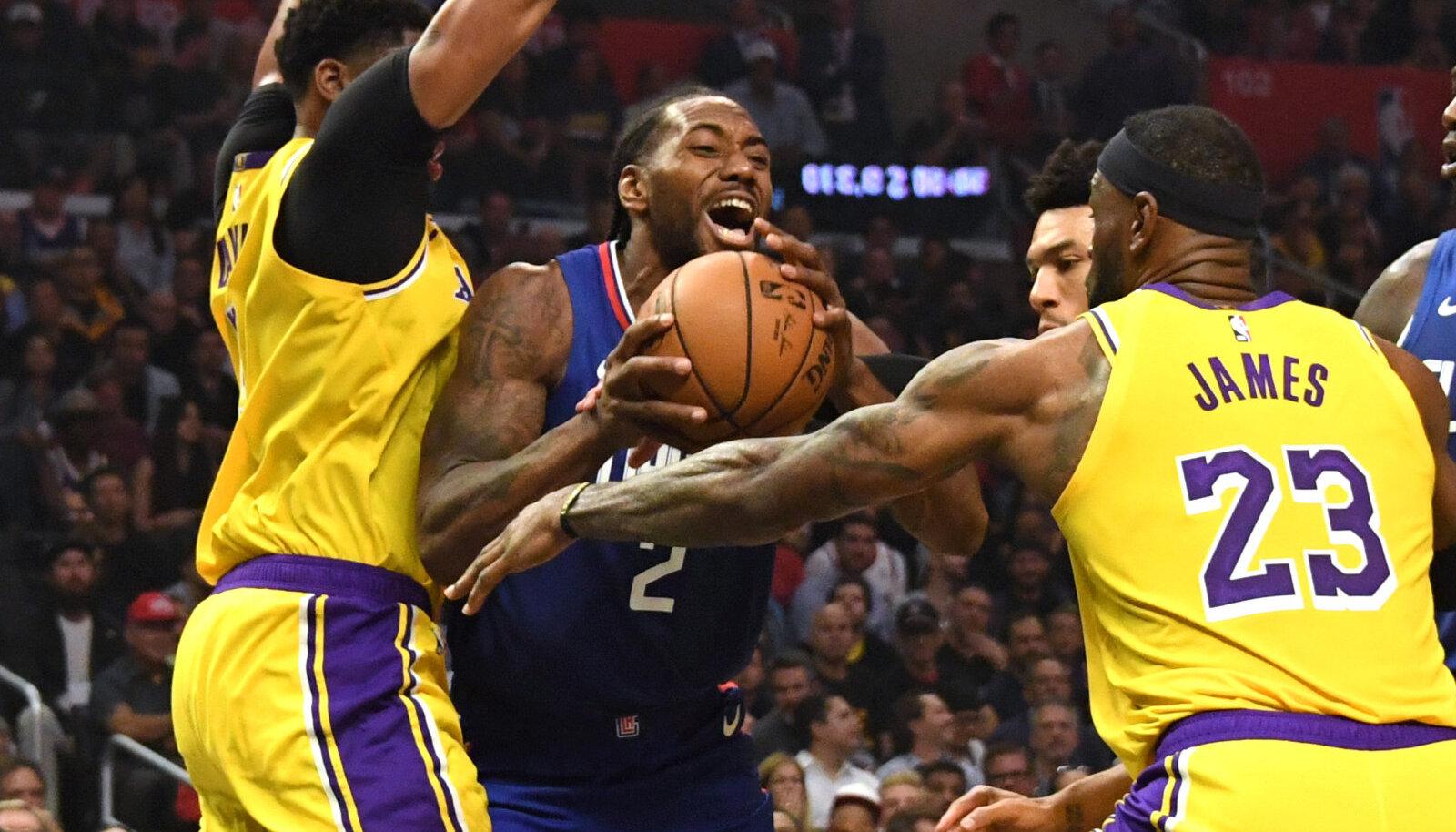Kawhi Leonard Lakersi meeste Anthony Davise ja LeBron Jamesi vahel