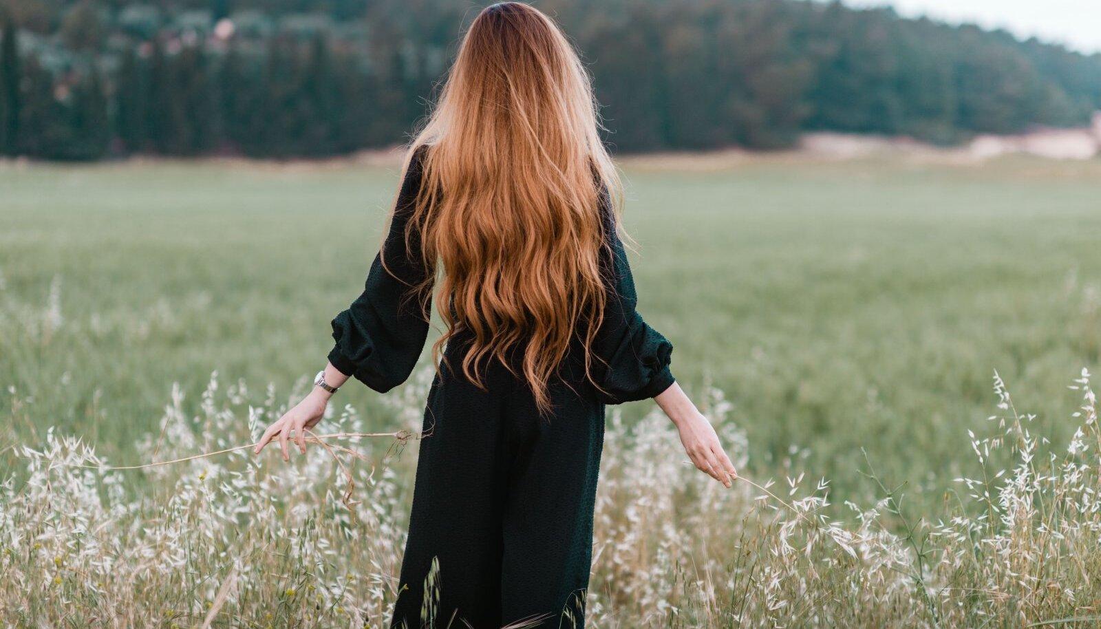 Ka looduslikud koostisosad toidavad juukseid sügavuti.