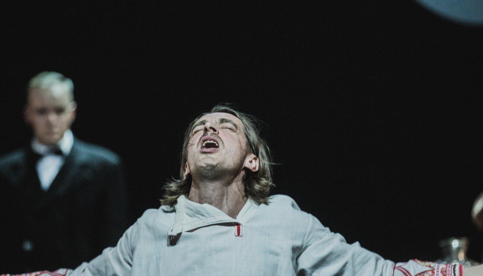 Näitleja Hendrik Höfgeni roll annab Ulfsakile suurepärase võimaluse paisata lavale kogu oma talendisära.