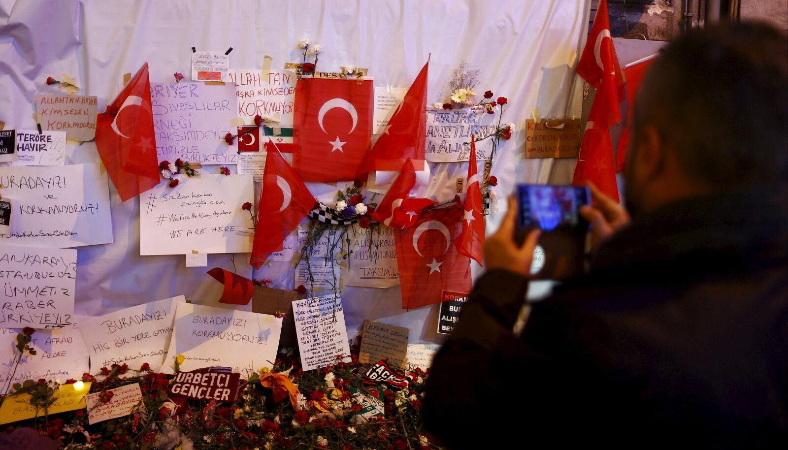 Laupäevase terroriakti ohvrite mälestuseks toodud järelehüüded Türgi lippude ja lillede vahel.