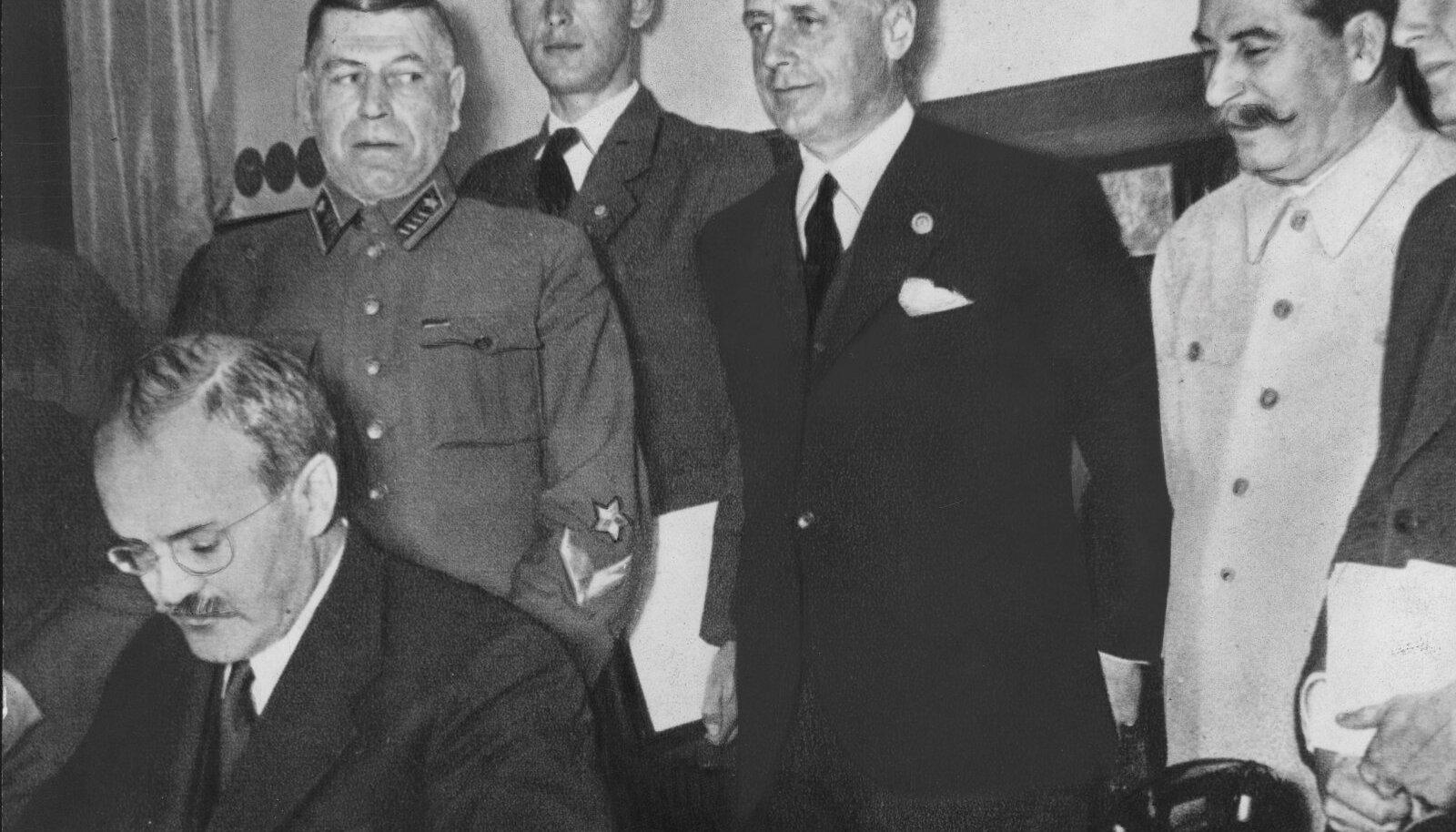 Vjatšeslav Molotov kirjtuab alla MRP-le. Seda ei tohi võrrelda Ribbentropi allkirjaga.