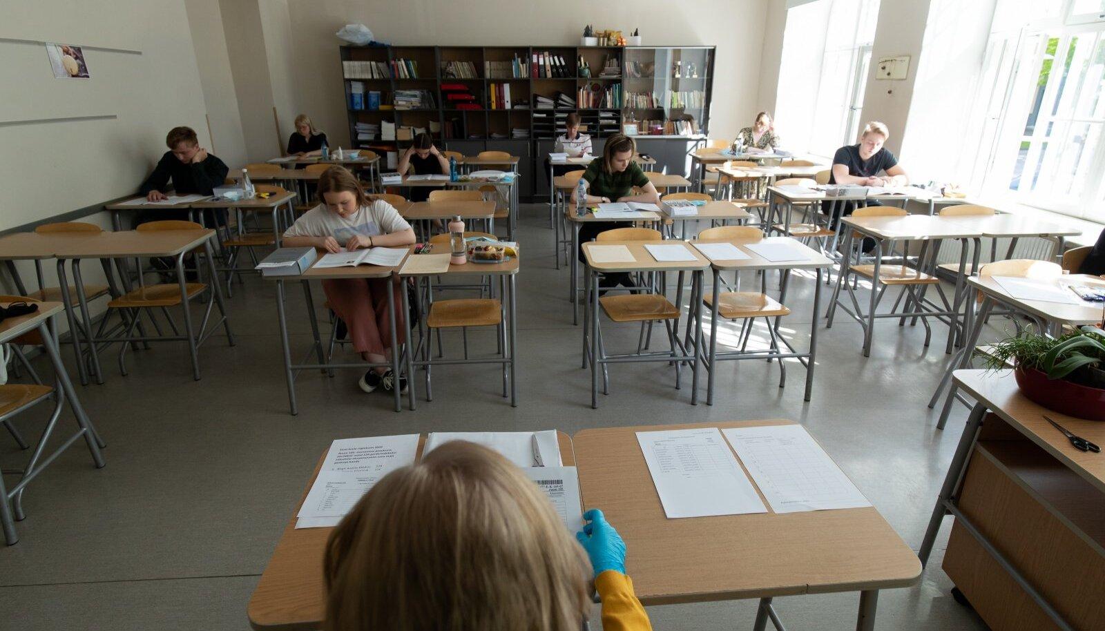 Lõpukirjandi kirjutamine Tallinna 21. koolis.