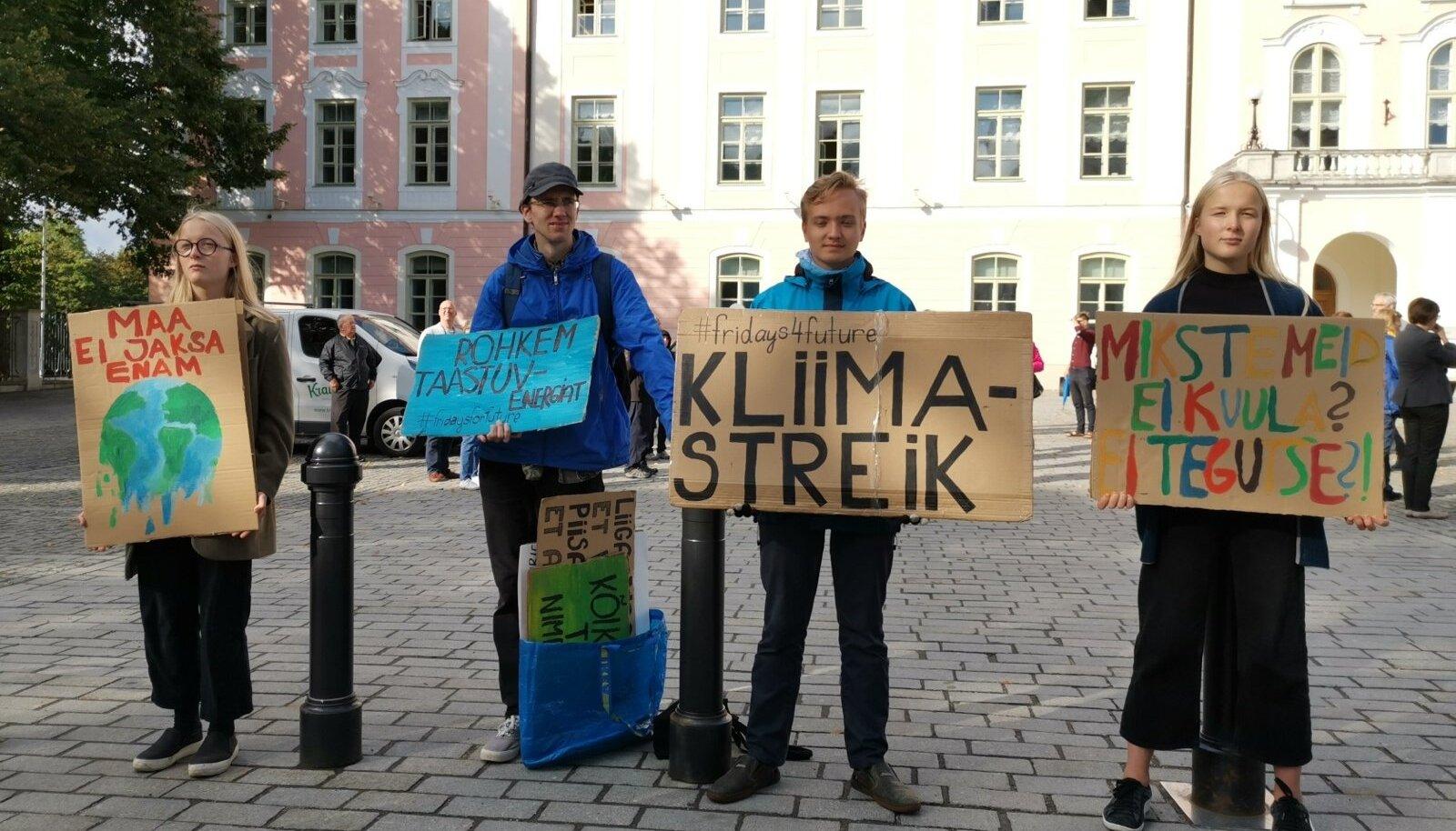 Kooliaasta esimese nädala reedel streikis Toompeal neli noort: (vasakult) Emma, Hendrik, Mihkel ja Marta.