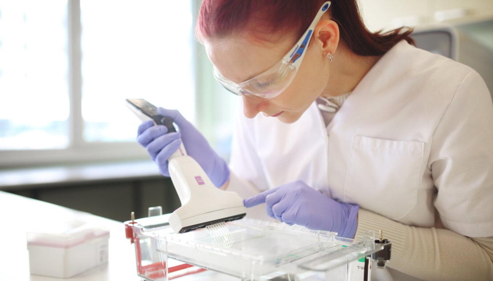 Solis BioDyne'i tehnoloogiaspetsialist Kaija Pelt proove geelile kandmas