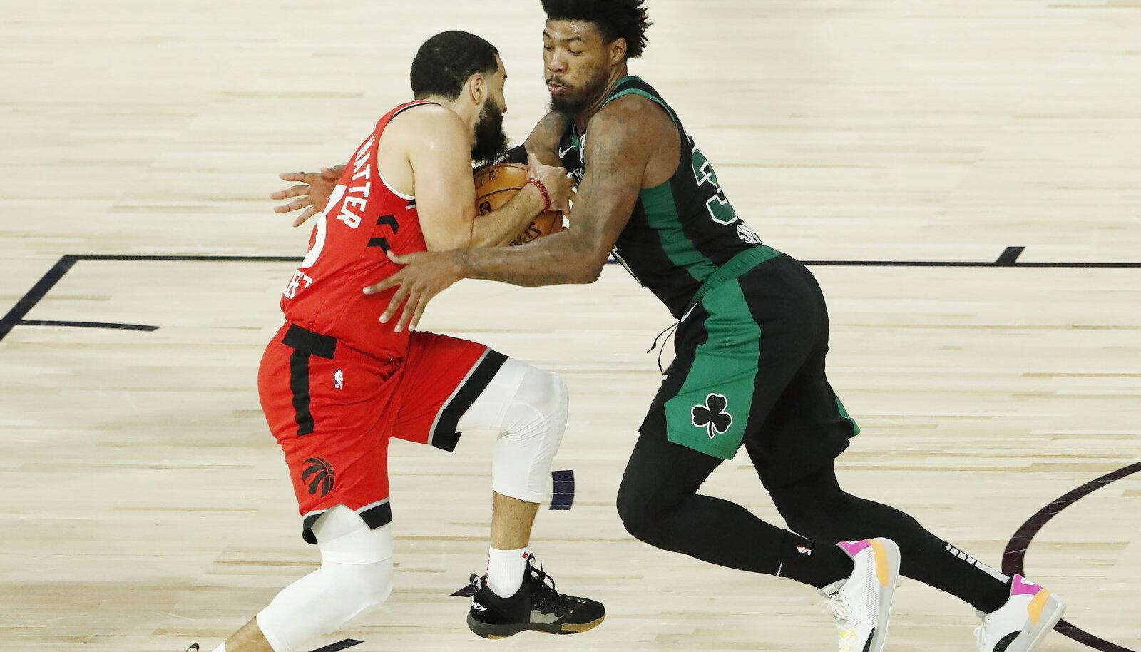 Palli nimel võitlevad Raptorsi tagamees Fred VanVleet (vasakul) ka Celticsi kaitseguru Marcus Smart.