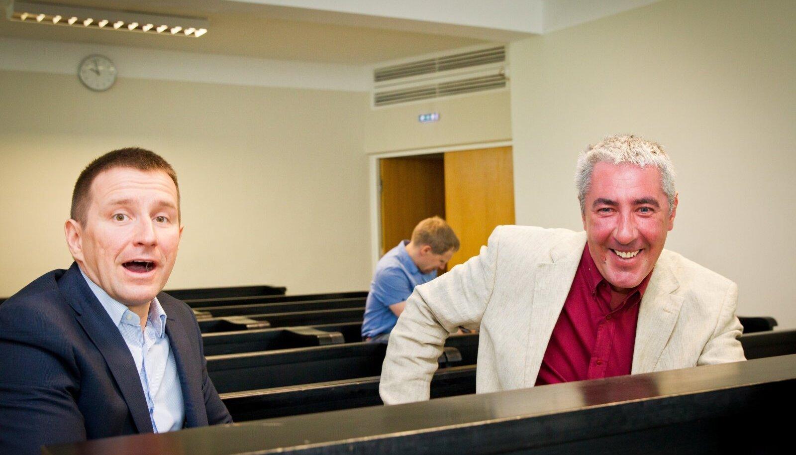 MEIE JA KURJATEGIJAD? NO OLGE NÜÜD! Heledas ülikonnas Kaido Kaljusaar ja tema äripartner Andres Lauri 2013. aastal Harju Maakohtu saalis fotograafile naeratamas.