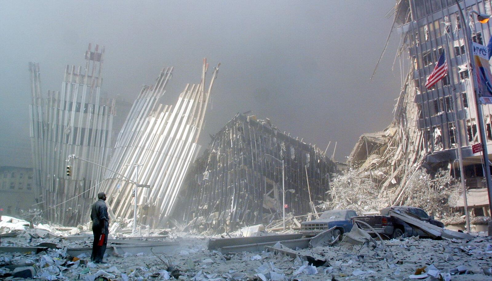 INIMESED VAREMETE ALL: Maailma Kaubanduskeskuse kokkuvarisenud kaksiktornide kõrval seisev mees hüüab, kas kas keegi vajab abi. Sajad 9/11 rünnakus hukkunud inimesed on kuni tänase päevani tuvastamata.