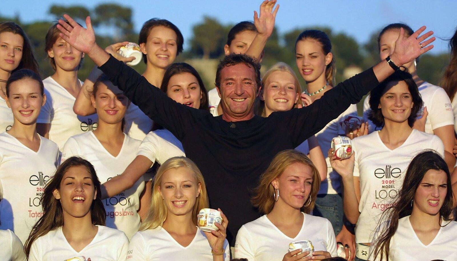 Elite Models boss Gérald Marie 2001. aastal Nice'is modellikonkursi osalejate keskel.