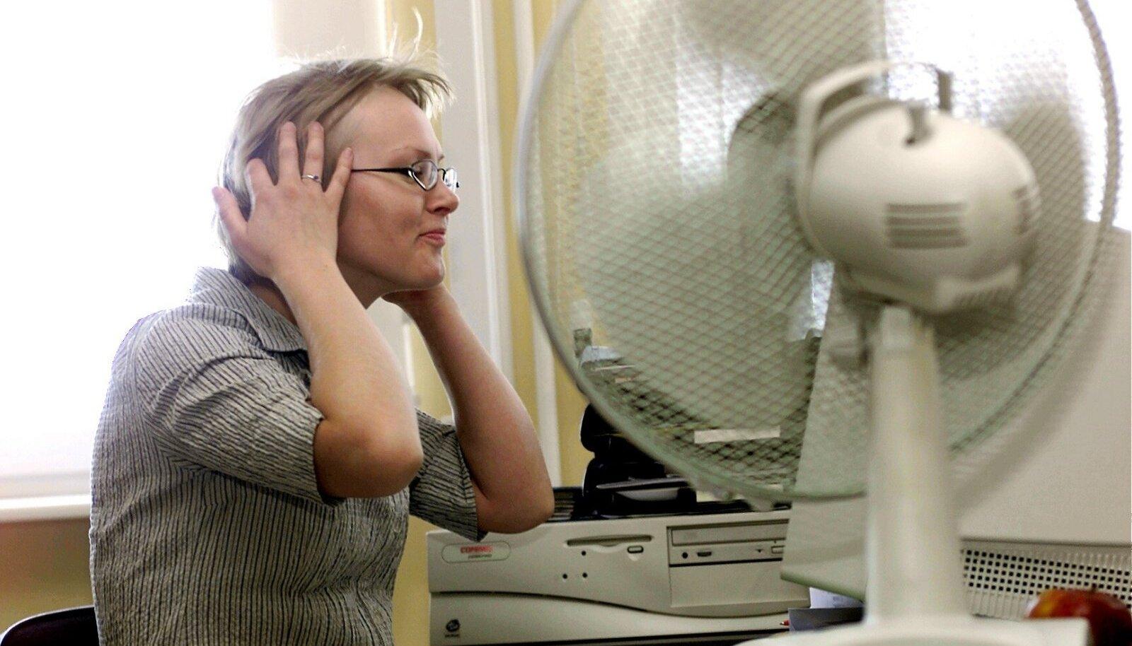 Muidugi ei asenda ventilaator kliimaseadet, aga õhku liigutab ja olukorda leevendab.