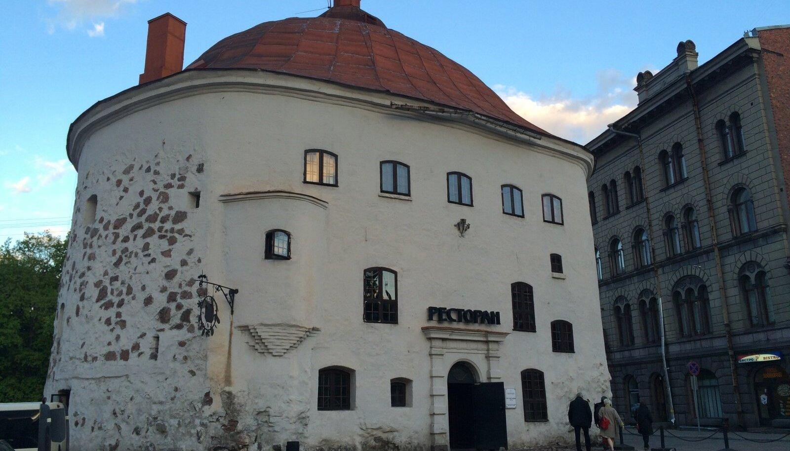 Restoran Viiburis ümmarguses tornis, mis oma väliskujult pole 465 aasta jooksul muutunud, küll aga on uuendusi tehtud sisustuses ja igavikku läinud kunagised kaitsemüürid.