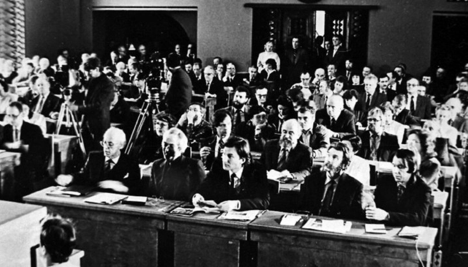 1.–2. aprillil 1988 toimus Toompeal toonase ülemnõukogu saalis loomeliitude pleenum, mis sai Eesti iseseisvumisel oluliseks teetähiseks. Olulist rolli mängib see ka Valtoni romaanis, mis valgustab pleenumi telgitaguseid võrdlemisi elavalt.