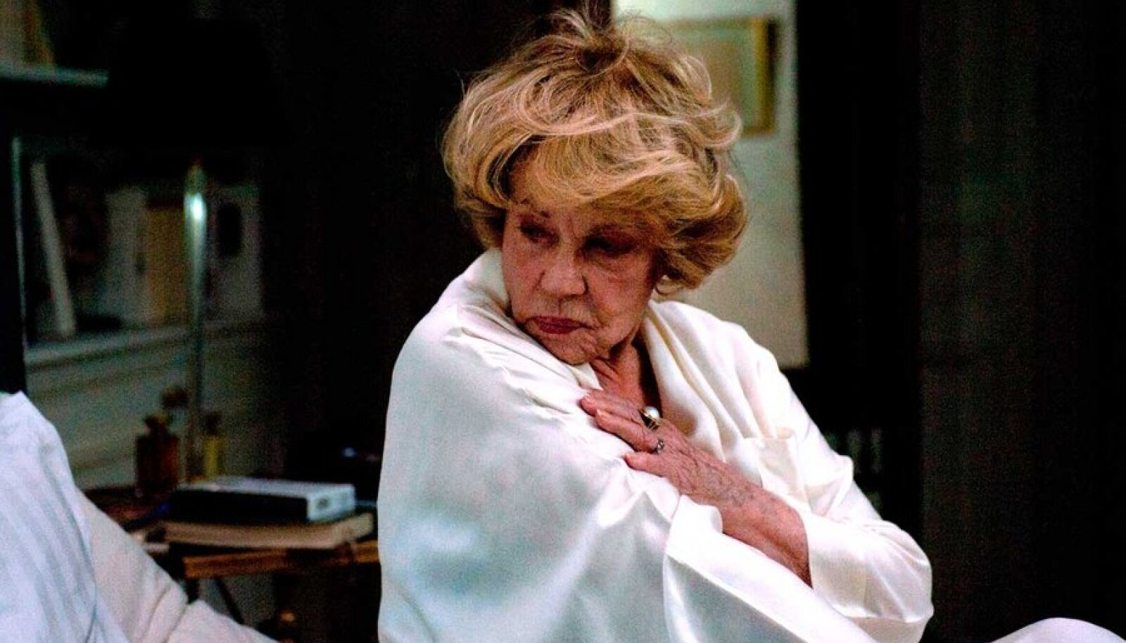 """Väliseestlane Pariisis: Jeanne Moreau kehastatav Frida vihkab kogu südamest oma minevikku – okupatsiooniaastaid, mil ta kodumaale ei saanud naasta. (Kaader filmist """"Eestlanna Pariisis"""")"""