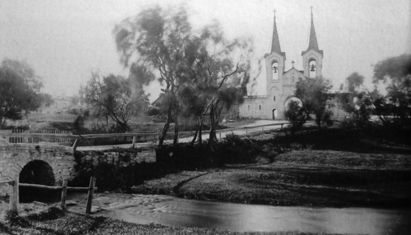 Sild üle Härjapea jõe, taustal Kaarli kalmistu värav, aastast 1889.