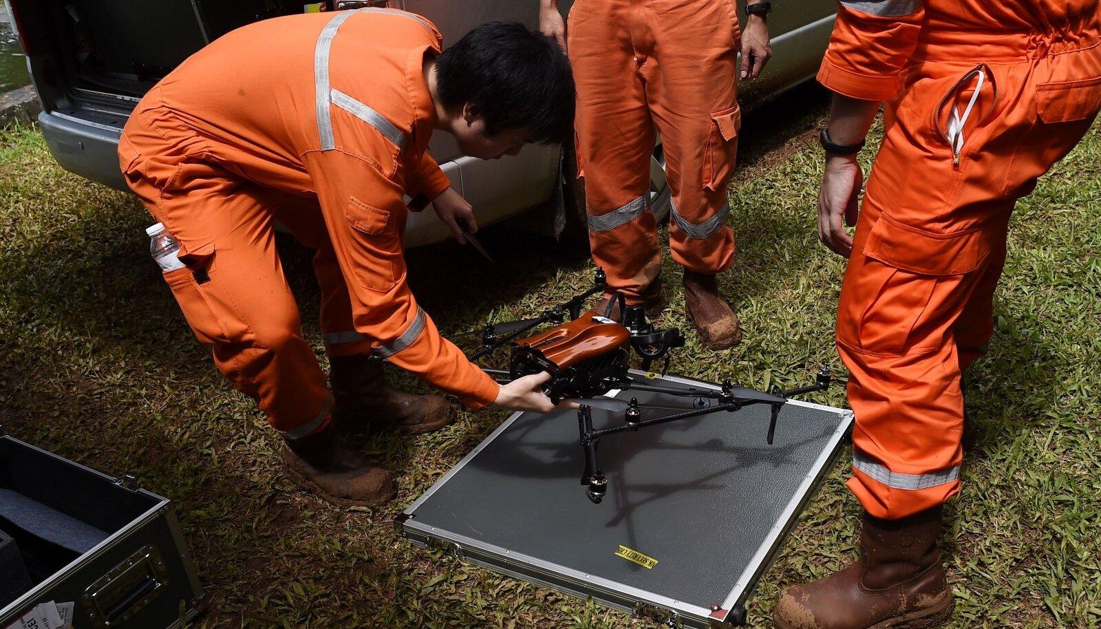 Naftafirma PTT töötajad valmistuvad drooni õhkutõusmiseks
