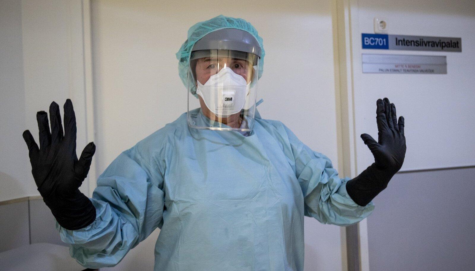 Õde Tamara tõstab ta käed nagu filmitegelane, keda selja tagant püstoliga ähvardatakse.