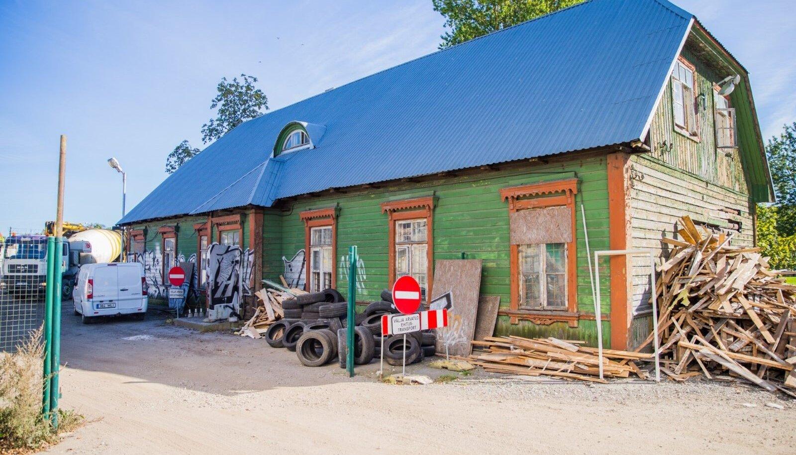 Reisijate t 9 asuva hoone ajaloos keeratakse aga uus lehekülg, sest ehitis tahetakse koost lahti võtta ja vedada Tallinnast välja uude asupaika.