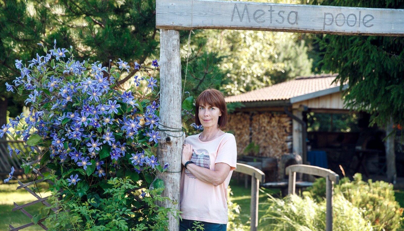 """Väravast, millele on kirjutatud """"Metsa poole"""", pääsebki metsa veerde grillimajja, mille ehitas Kai Oro (pildil) abikaasa Andres."""
