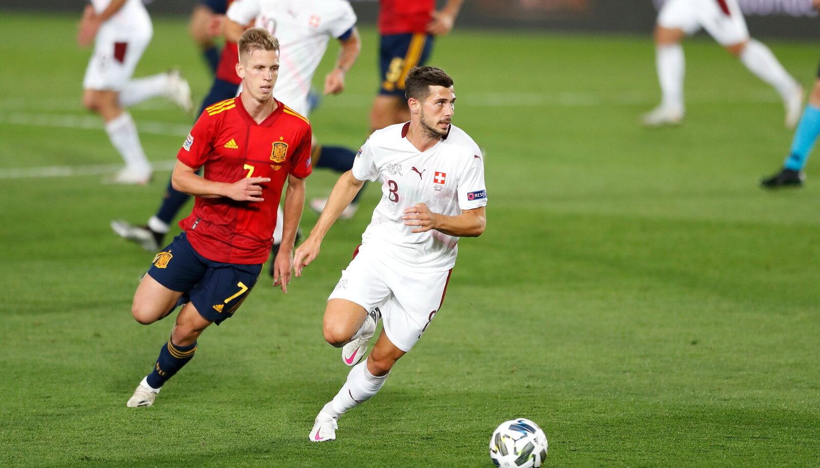 Дани Ольмо (слева) из сборной Испании против Ремо Фройлера