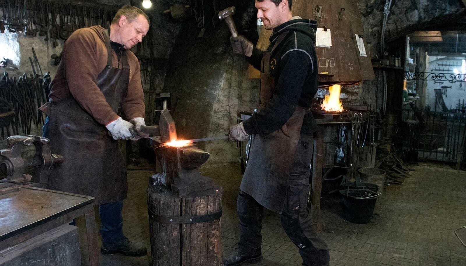 Puraviku tuuleveski sepad Harri Riim (vasakul) ja Lauri Laiapea võtavad oma ettevõtmist südamega – kuni süda kuum, ei jahtu ka raud.